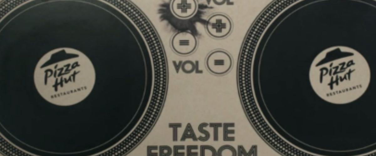 Pizza Hut puso una tornamesa de DJ en una caja de cartón
