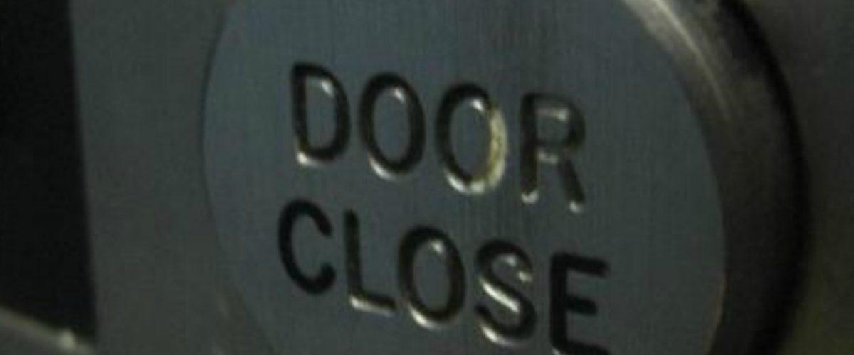 La mentira del 'botón de cerrar' el elevador que nos creímos por 26 años