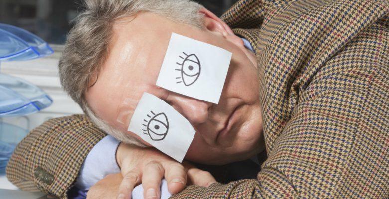 Cómo dormir una siesta a mitad del día puede salvar tu trabajo