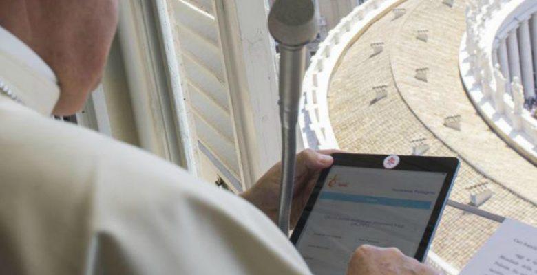 Ni el Papa confía en la tecnología, también tapa la cámara de su iPad