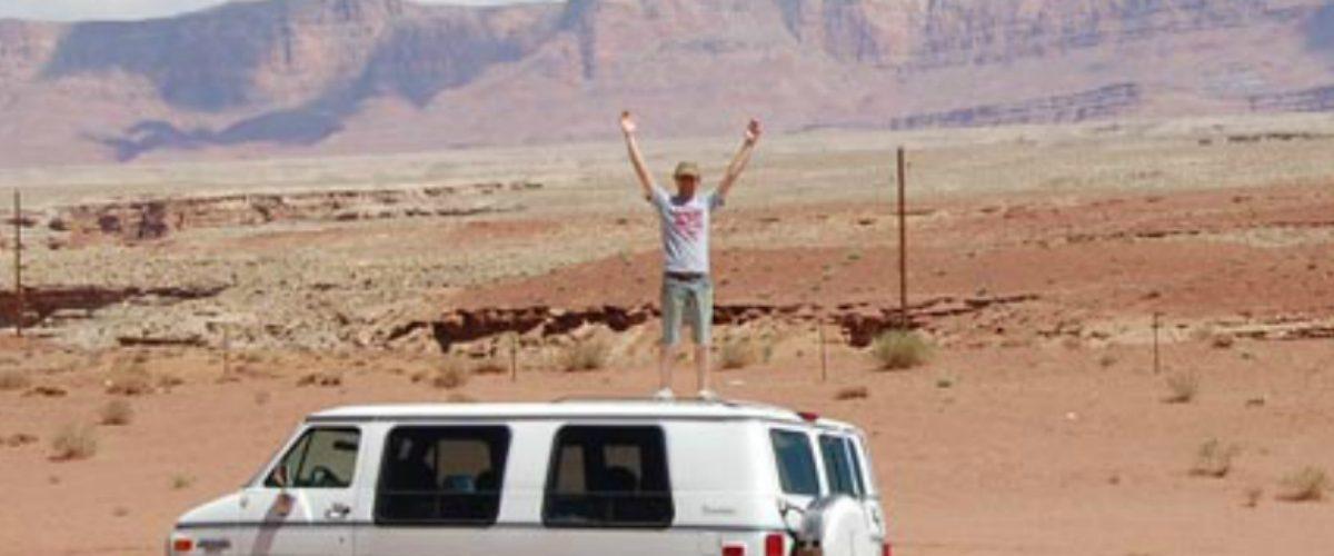 Auto Tesla deja varado a su dueño a la mitad del desierto