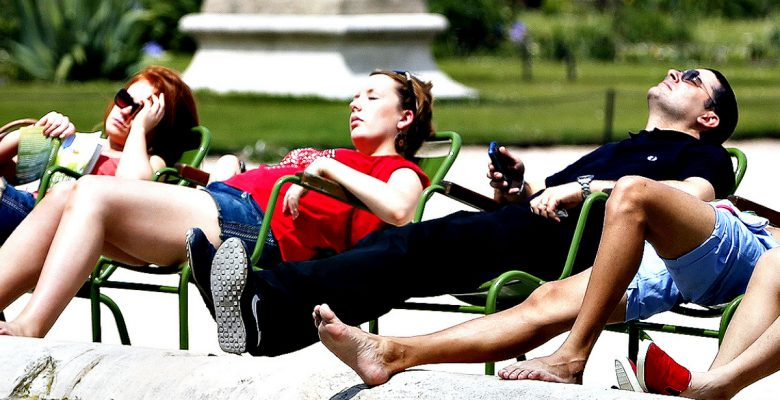 People relax in chairs around a fountain in the Tuileries Garden in central Paris...People relax in chairs around a fountain as they take in the sun in the Tuileries Garden in central Paris as summer temperatures arrive in France, June 6, 2013.  REUTERS/Charles Platiau  (FRANCE - Tags: ENVIRONMENT SOCIETY TRAVEL)