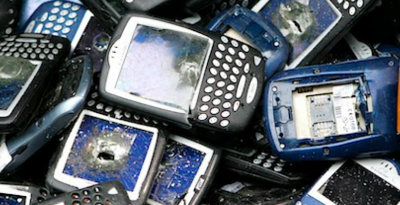 Trashed Blackberry phones sit in a bucket during the NBC Today Show in New York April 21, 2008. The phones were to be used by students in an art piece and then recycled for Green Week. REUTERS/Lucas Jackson (UNITED STATES) - RTR1ZQL8
