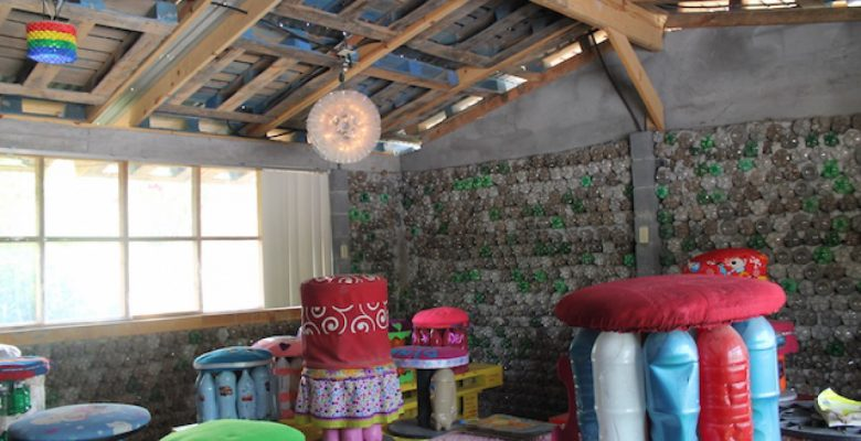 Esta mexicana construyó 'un aula de plástico' para sus alumnos