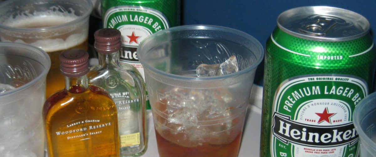 ¿Por qué la cerveza sabe tan mal cuando la tomamos a bordo de un avión?