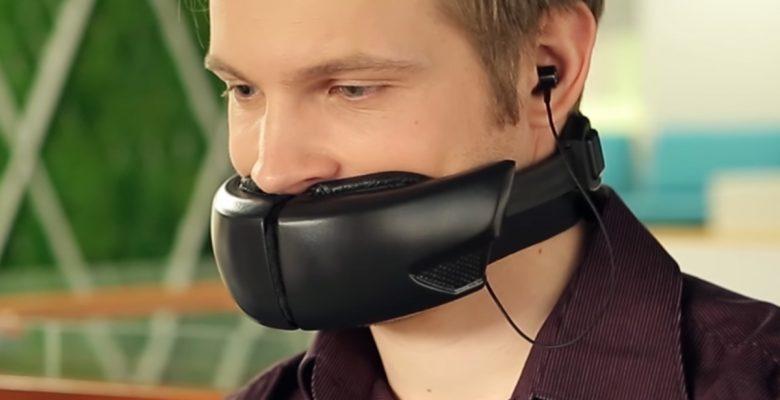 Esta máscara mantiene tus conversaciones privadas (y asusta a todos los que te rodean)