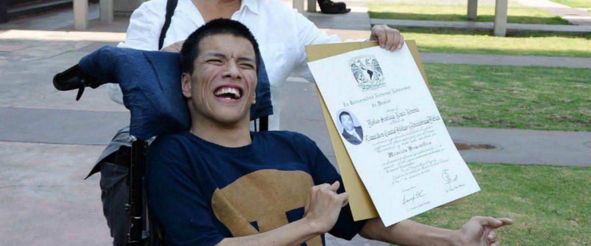 Este mexicano con parálisis cerebral ya es licenciado en Ciencias Políticas