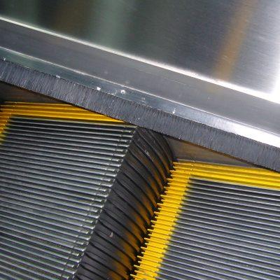 ¿Qué pasaría si esos cepillos en las escaleras eléctricas no estuvieran ahí?