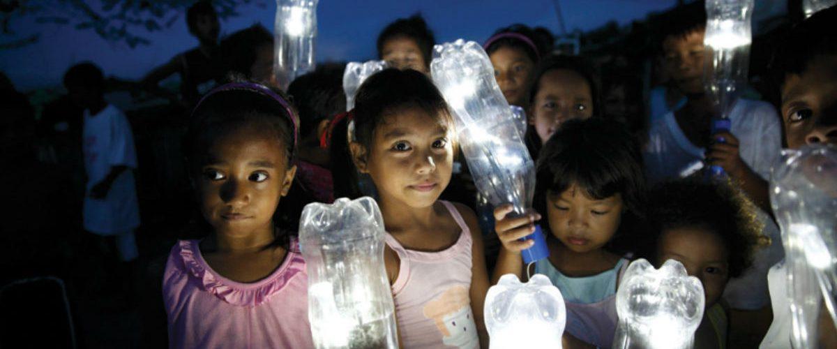 Esta mexicana convierte las botellas de plástico en luz eléctrica