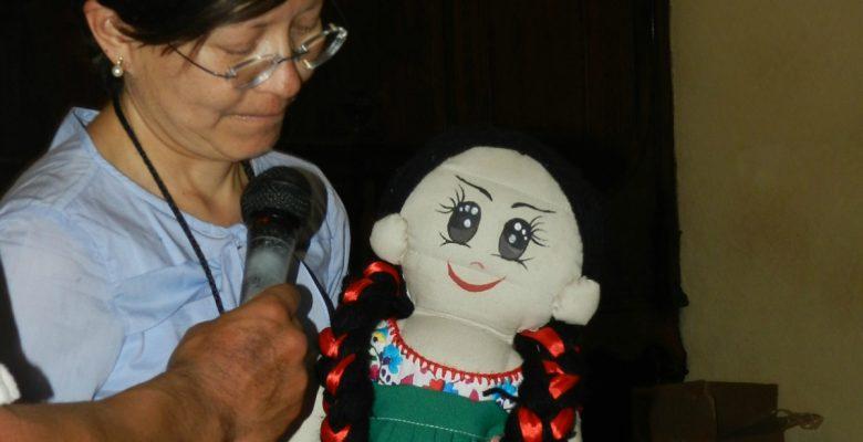 Mexicana diseña una muñeca que habla náhuatl, purépecha y totonaco