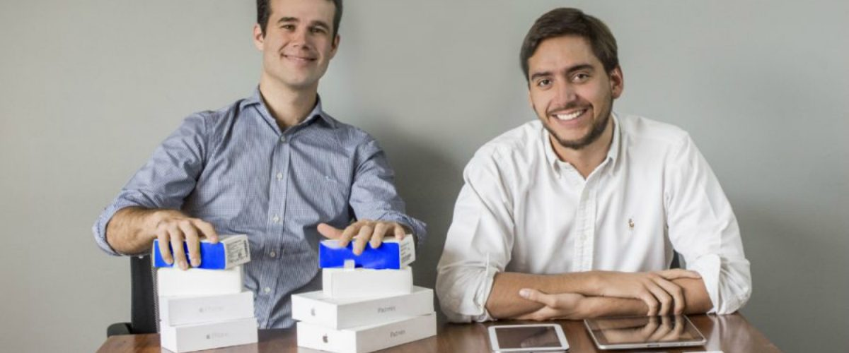 Ellos encontraron el negocio de sus vidas y hacen dinero con el celular que vas a tirar