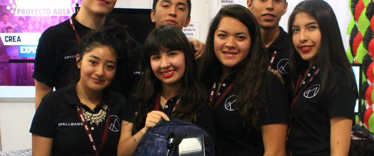 Estudiantes mexicanos crean mochila que da masajes en la espalda y carga tu celular