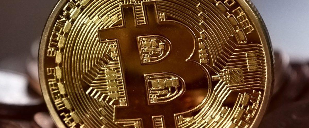 Bitcoin pierde casi la mitad de su valor en sólo un mes