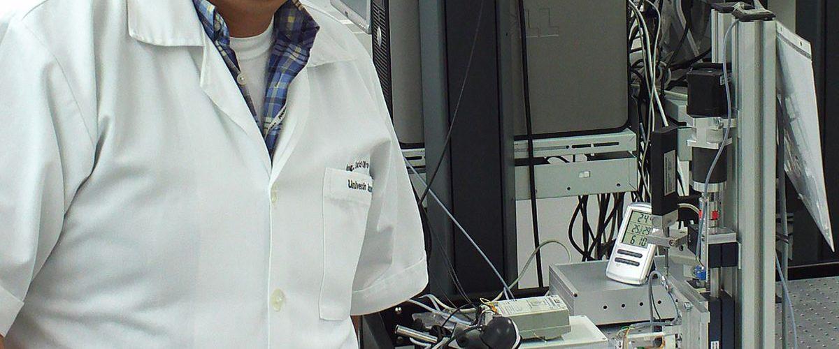 Este mexicano desarrolló un bisturí inteligente que localiza tumores cerebrales