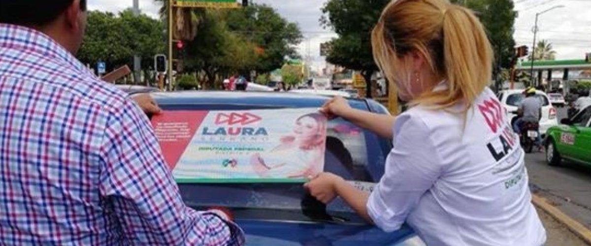 #ArmaSecreta: Candidata muestra sus atributos físicos para conseguir votos