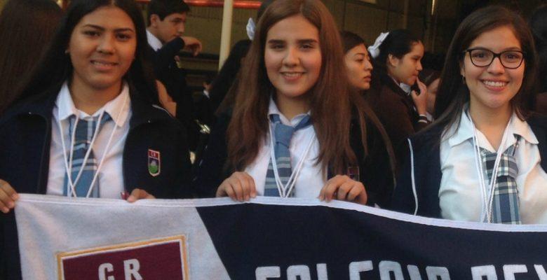 Estudiantes mexicanas crean platos desechables de nopal
