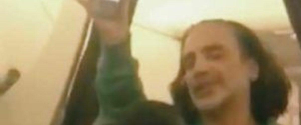 Alejandro Fernández se sube borracho a un avión, desata el pánico y se vuelve viral