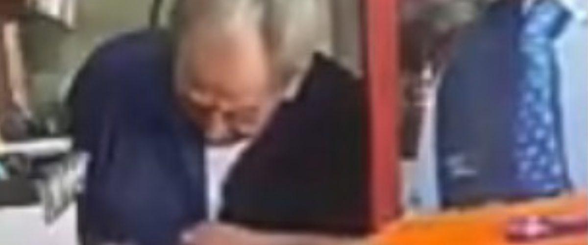 Exhiben a repartidor de Bimbo por robar tiendita de adulto mayor (VIDEO)