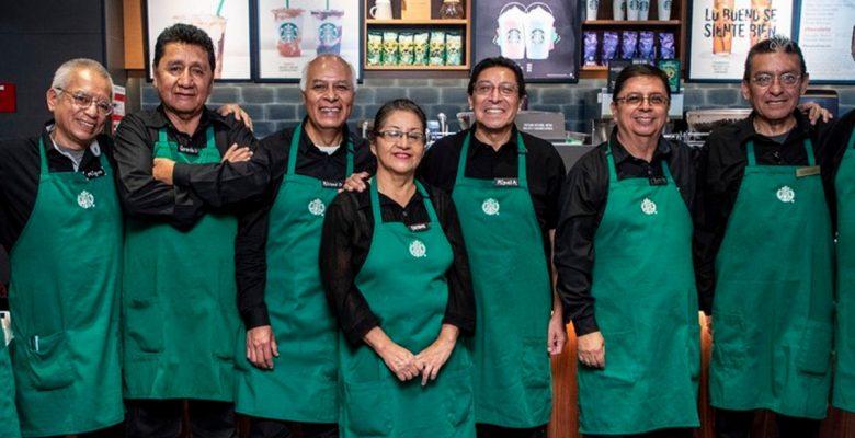 Starbucks se rifa y abre cafetería atendida por adultos mayores en México