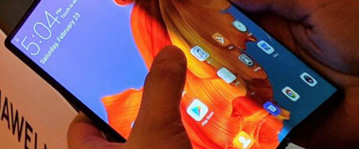 Huawei también lanzó un smartphone plegable y así luce