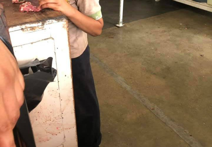 Niño busca trabajo en carnicería para ayudar con los gastos a su abuelita