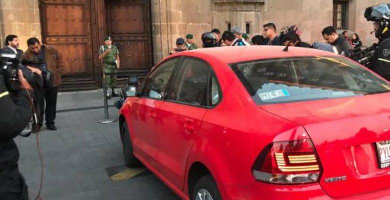 Mujer intenta entrar a la conferencia de AMLO con todo y auto