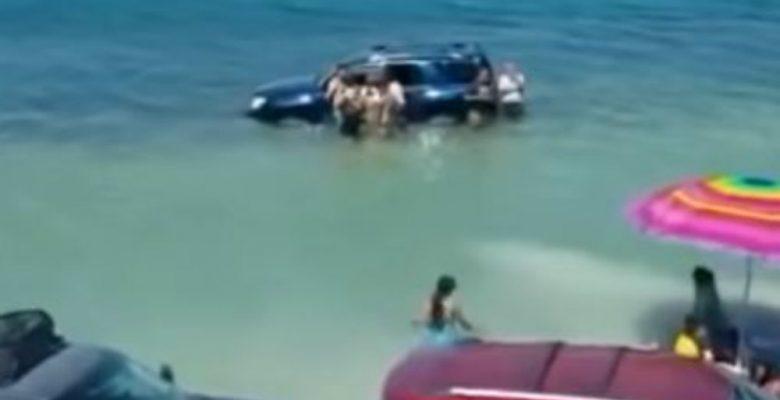 Marea alta se lleva autos de turistas que estaban estacionados en la playa
