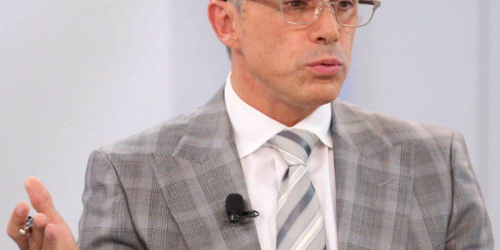 """Sergio Mayer sale en defensa de la """"vaquita amarilla"""" y en redes no lo perdonan"""