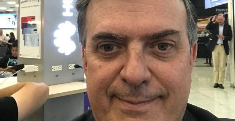 Ebrard se toma selfie con Huawei y anuncia el inicio de la negociación con EU