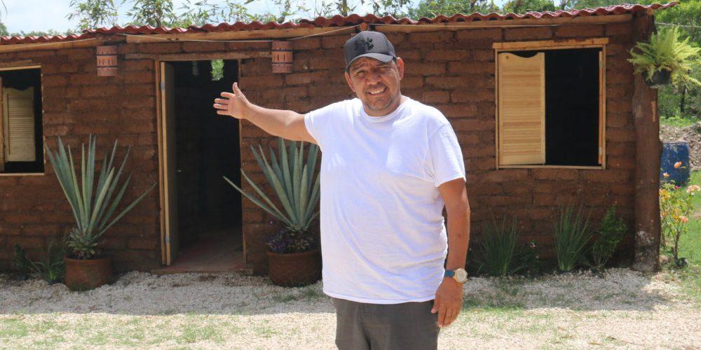 Mexicano usa sargazo para construir casas y ya cuenta con varios pedidos