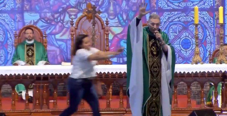 No le parece el discurso del sacerdote y lo noquea en plena misa (VIDEO)