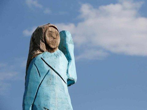 Desata críticas estatua de Melania Trump colocada en su país natal