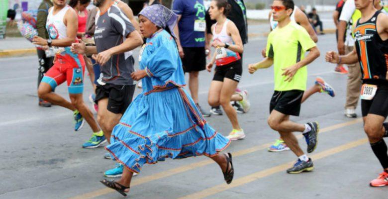 Harvard revela por qué los tarahumaras son tan rápidos corriendo con huaraches