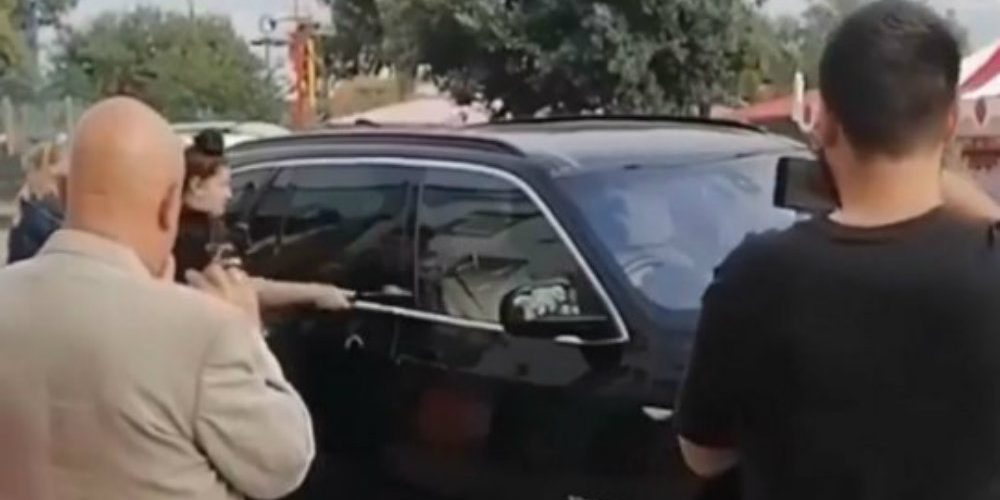 Les rompen la ventana de su BMW para ayudar a cachorro que dejaron encerrado