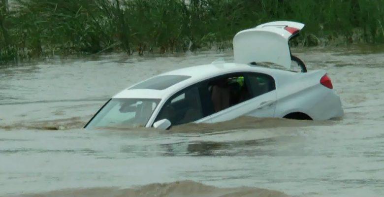 Joven lanza al río un BMW que le regalaron porque él quería un Jaguar