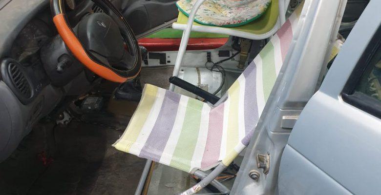 Lo detienen por llevar sillas y una hamaca en lugar de los asientos del auto