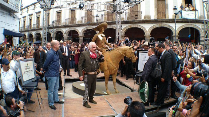 Estatua de Vicente Fernández causa memes por su poco parecido