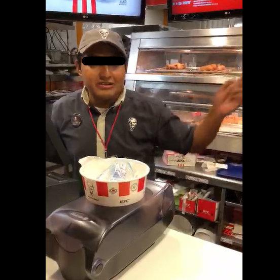 """Encuentra una cucaracha en su pollo KFC y le dicen que es """"normal"""" por las alcantarillas que hay cerca"""