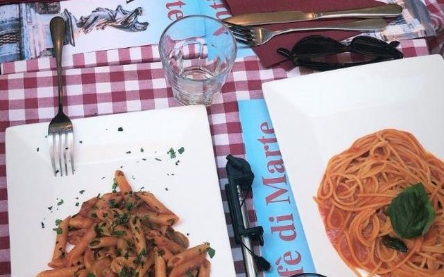 Exhiben a restaurante que cobró 9 mil pesos a turistas por dos platos de pasta