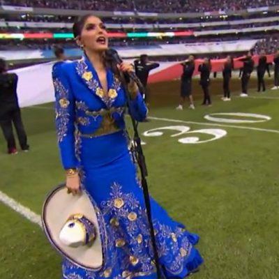 Le llueven criticas a Ana Bárbara por error al cantar el Himno Nacional