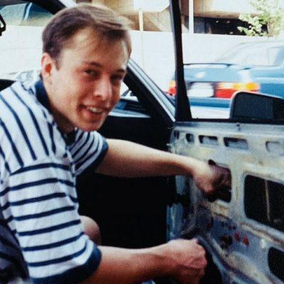 Elon Musk reparaba su carro con autopartes chatarra antes de ser millonario