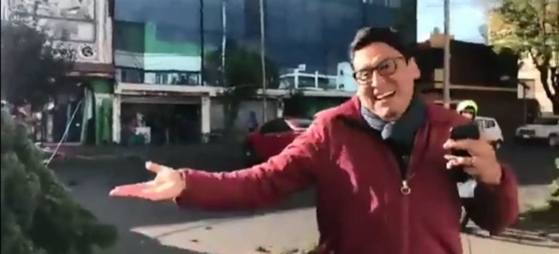 Reportero descubre en vivo que le cayó un árbol a su auto