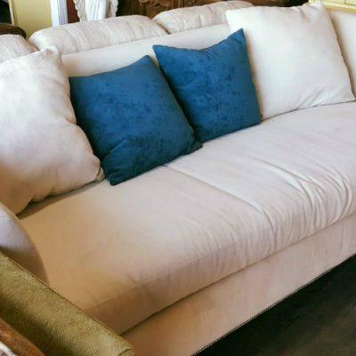 Compró un sillón usado y se encontró más de 800 mil pesos en el interior