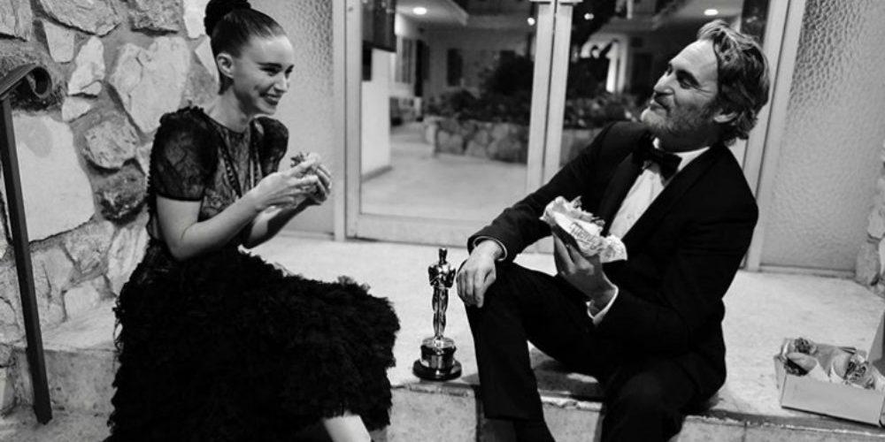 Joaquin Phoenix celebra su triunfo en los Oscar comiendo hamburguesas en el piso