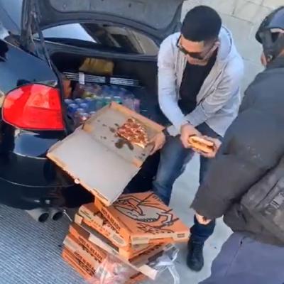 Joven reparte pizzas y refrescos a personas en situación de calle