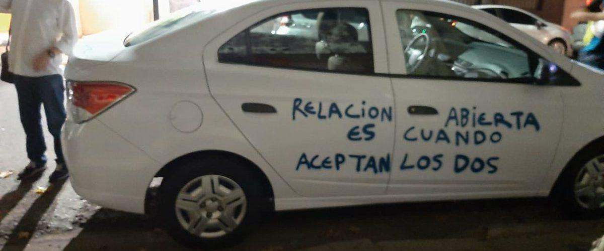 Tras descubrir infidelidad, le pinta mensajes en su auto