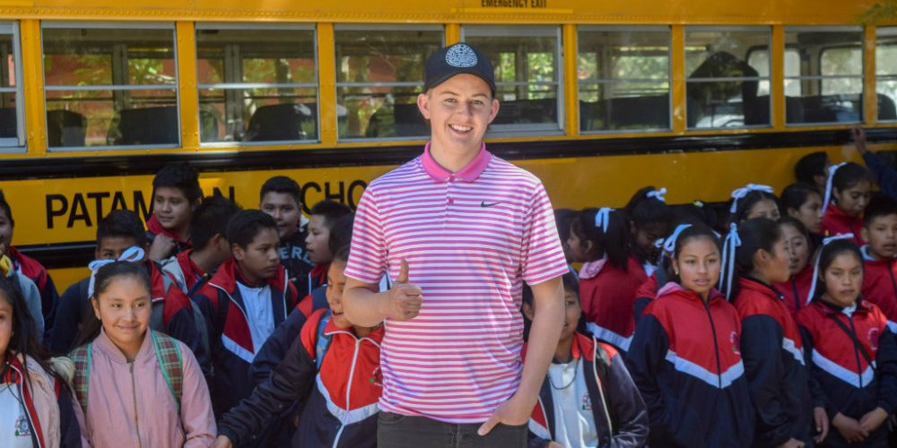 Joven de EU regala un autobús y útiles a estudiantes de Michoacán