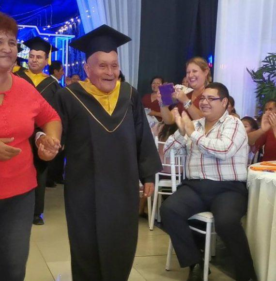 Abuelito cumple su sueño y se gradúa de la universidad a los 89 años