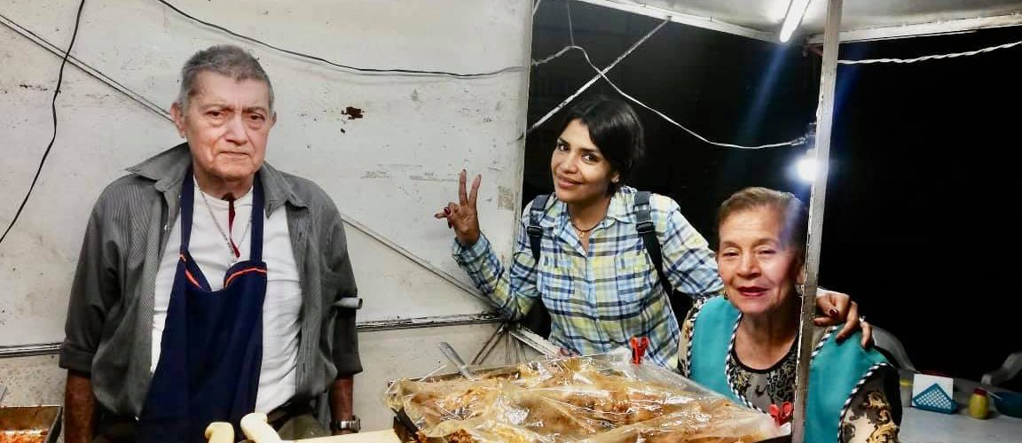 Usuarios ayudan a abuelitos que venden tacos hasta la madrugada