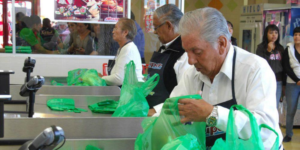 Supermercados ayudarán a abuelitos empacadores que no podrán trabajar